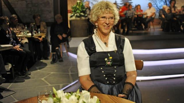 Während TV-Sendung «Potzmusig» am Tisch sitzend.