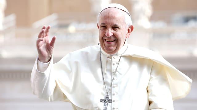 Der Papst winkt dem Publikum zu.