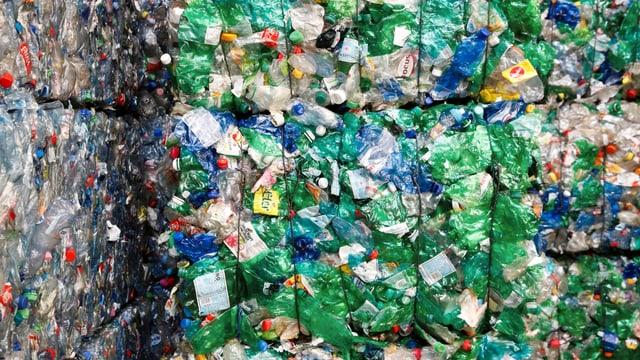 Eine Menge verdruckter Pet-Flaschen, fertig zum recyclen.