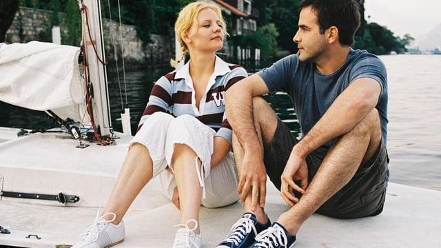 Ein Mann und eine Frau auf einem Boot.