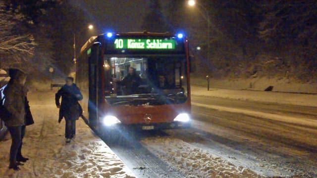 Bus auf schneebedeckter Strasse