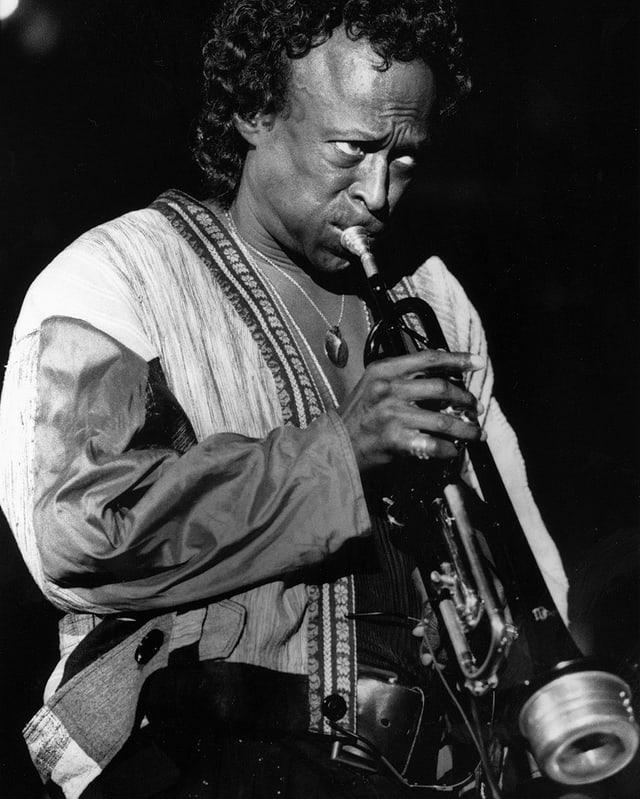 Miles Davis spielt Trompete.