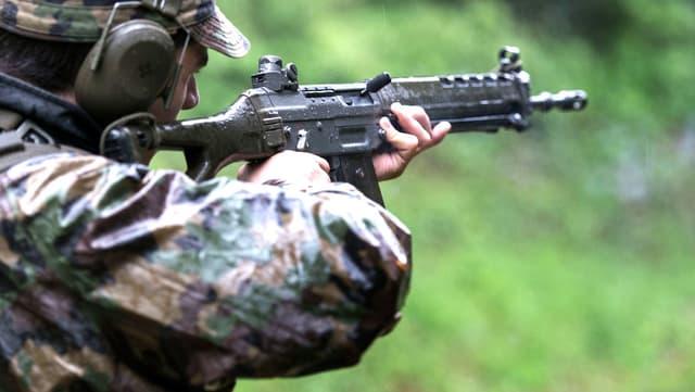 Ein Infanterie-Rekrut übt das Schiessen.
