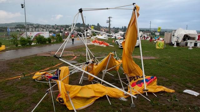 Zerstörtes Zelt auf dem Festgelände am Turnfest in Biel 2013.