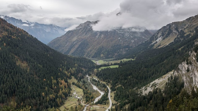 Blick in ein abgelegenes Bergtal im Kanton Graubünden.