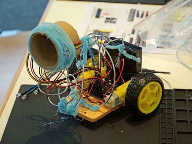 Roboter mit vielen farbigen Drähten