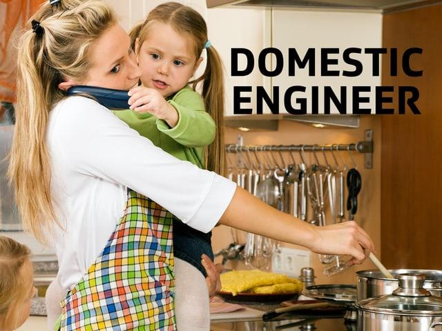 Frau kocht mit Kind im Arm.