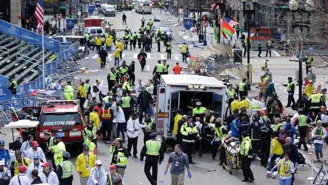 Dutzende Rettungskräfte versorgen Verletze nach dem Anschlag.