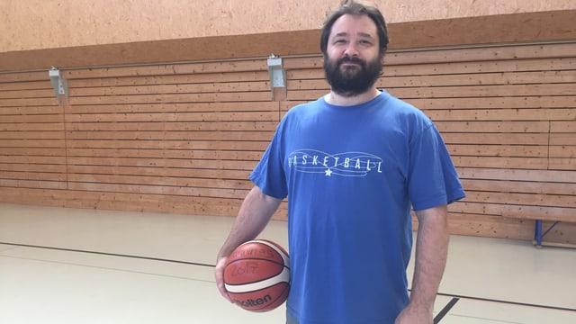 Roland Pavlovski mit einem Basketball in der Hand.