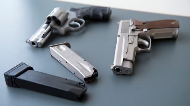 Duas pistolas cun magaziuns.