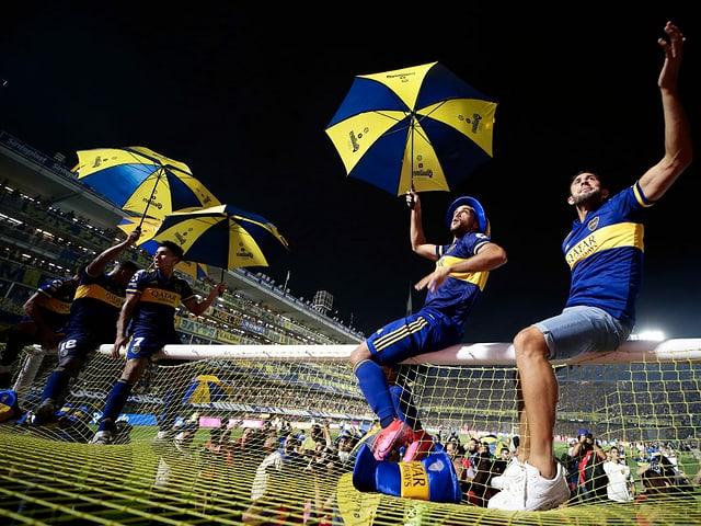 Spieler von Boca Juniors feiern den Meistertitel.
