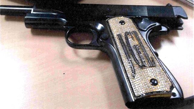 Joaquín Guzmán Loeras diamantbesetzte Pistole beim Sinaloa-Prozess in New York.