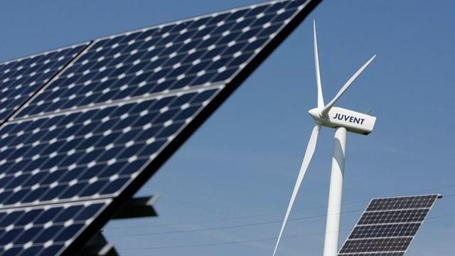 Symbolbild: Solaranlage und Windturbine auf dem Mont Soleil im Berner Jura.