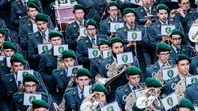 Militärmusiker in Reih und Glied