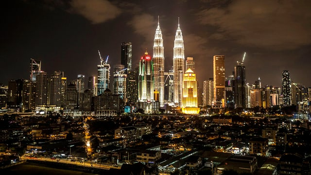 Nachtaufnahme der erleuchteten Petronas Towers