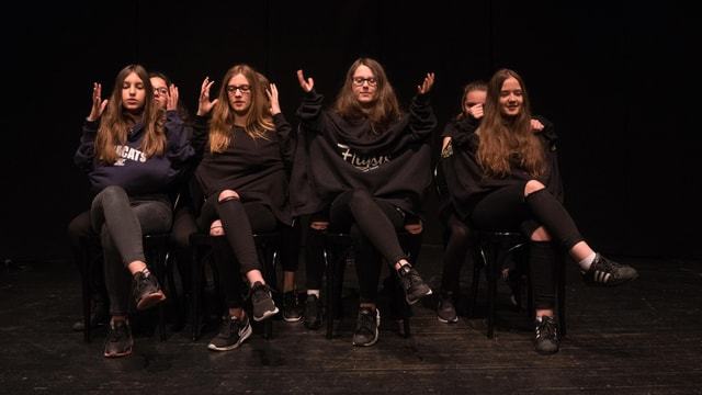 Schülerinnen auf der Bühne.