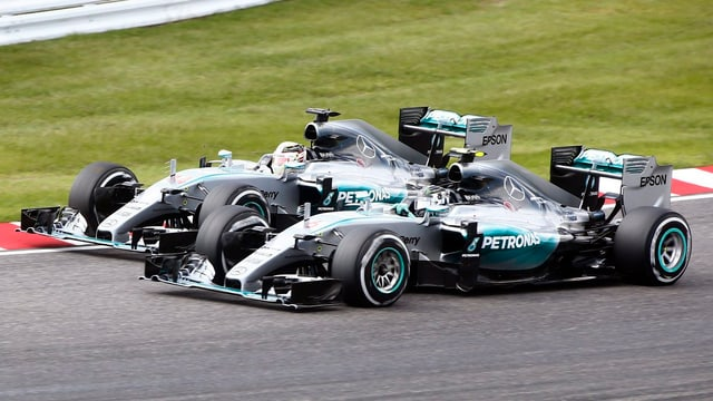 Hamilton zieht an Rosberg vorbei.