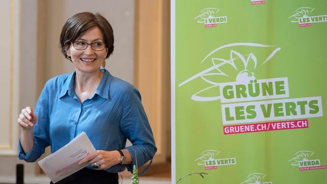 la presidenta dals Verds Regula Rytz dasper in placat cun il logo da la partida verda