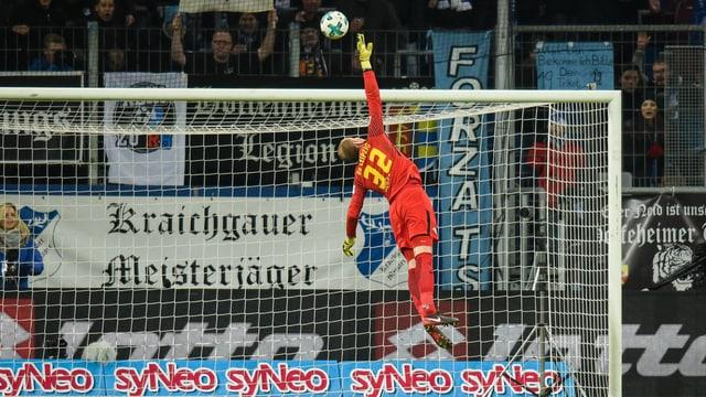 Leipzig-Keeper Peter Gulacsi kann Serge Gnabrys Weitschuss nicht parieren.