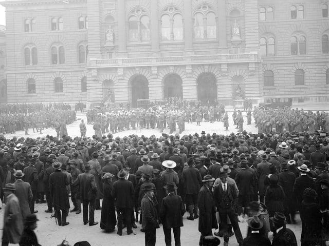 Im November 1918 legten 250'000 Menschen die Arbeit nieder, sie streikten unter anderem für bessere Arbeitsbedingungen.