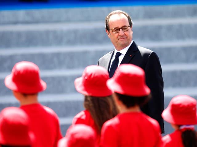 Rot gekleidete Hostessen defilieren vor Hollande.