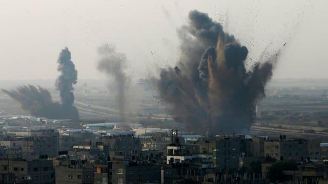 Detonationen über den Häusern im Gazastreifen zeugen von der Heftigkeit der Kämpfe.