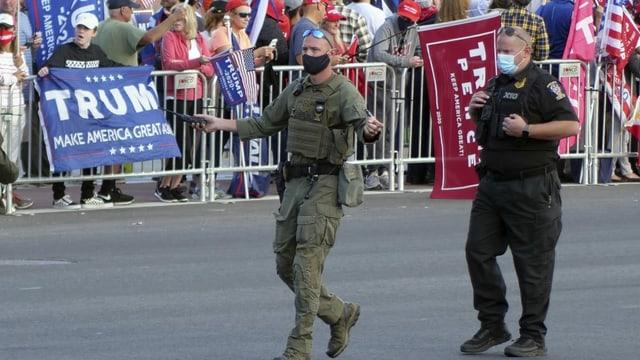 Polizisten räumen die Strasse vor  dem Walter Reed Spital, bevor Präsident Donald Trump vorbeifährt, um sich seiner Anhängerschaft zu zeigen.