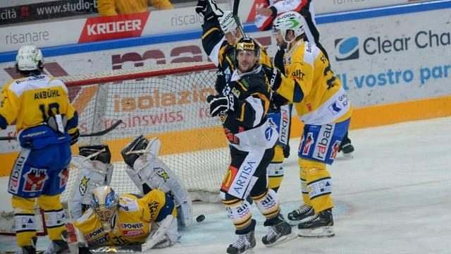 Brett McLean da Lugano giubilescha suenter il gol al 3:2 per Lugano en la halla Resega a Lugano.