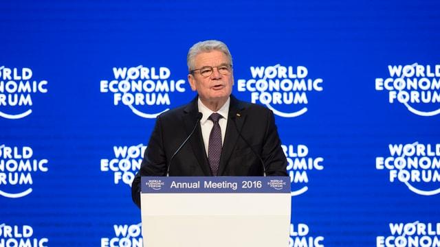 Joachim Gauck hinter einem Rednerpult am WEF