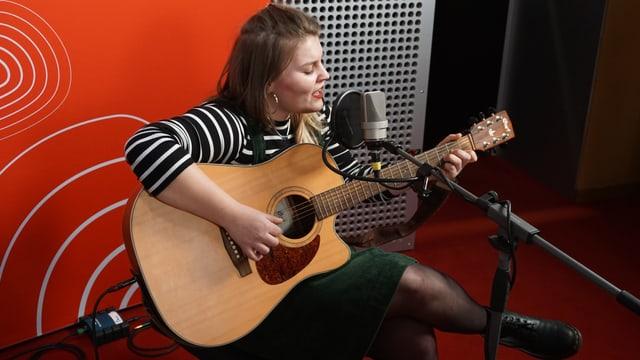 Chiara Jacomet durant ses concert live en il studio dad RTR