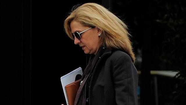 Königstochter Cristina auf der Strasse mit Sonnenbrille.