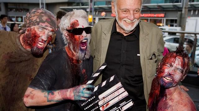 Romero e trais fenas vestids da zombies.