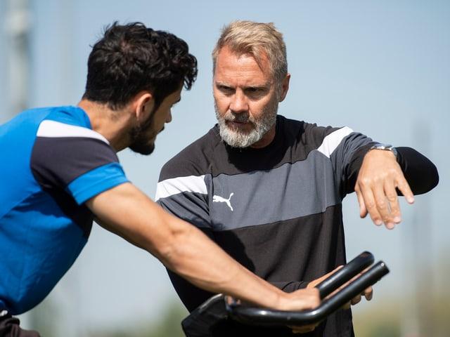 Neo-Coach Thorsten Fink erklärt Bujar Lika seine Ideen.