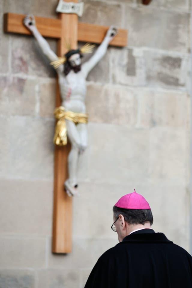 Der Churer Bischof Vitus Huonder bei einem Gebet vor der Kathedrale auf dem Hof in Chur. (Archiv)