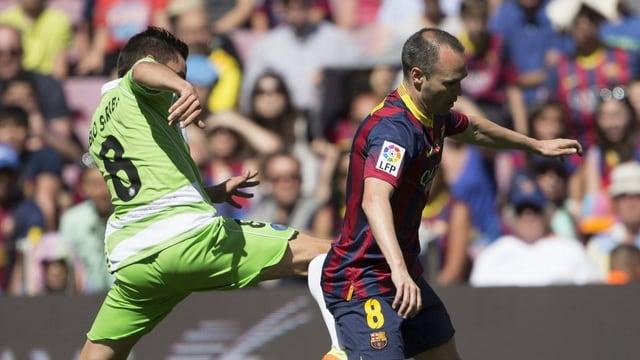 Barcelonas Andres Iniesta (r.) im Duell mit Pablo Sarabia von Getafe.