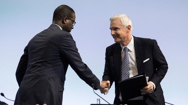 Thiam und Rohner begrüssen sich per Handschlag an der Generalversammlung im Hallenstadion.