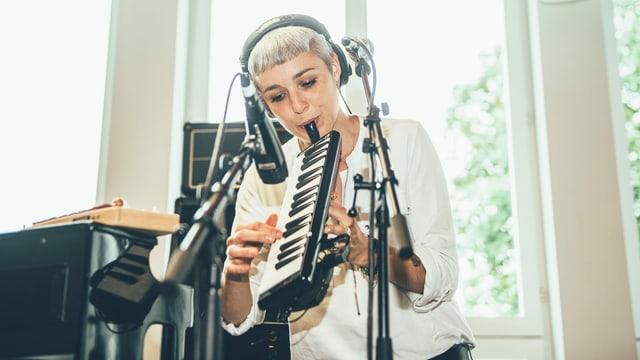 Sophie Burande spielt im Radiostudio auf einer Melodica.