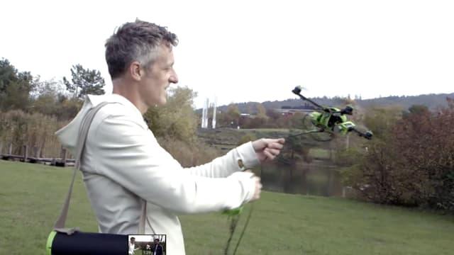 Der Fotokite schwebt wenige Zentimeter über einer Hand.