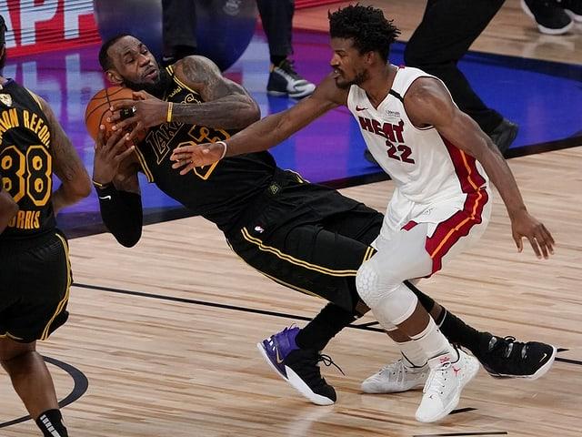 Miamis Jimmy Butler im Duell mit LeBron James von den Lakers.