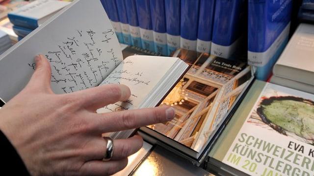 Hände halten ein Buch in der Hand