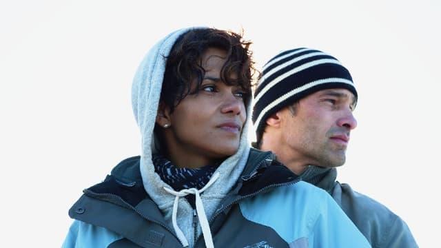 Eine Frau und ein Mann blicken in die Ferne.