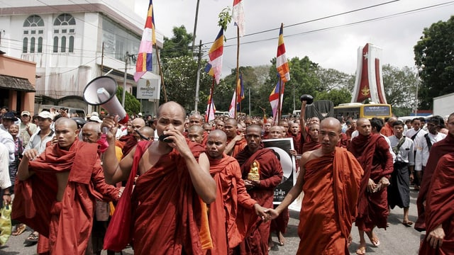 Demonstrierende Mönche 2007 in den Strassen von Rangon