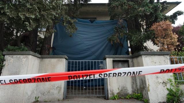 Eingang zum Kinderheim Spiez, mit rot-weissem Band abgesperrt.