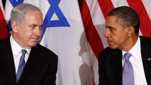 Benjamin Netanjahu (links) und Barack Obama (rechts), im Hintergrund die israelische Flagge und die US-Flagge