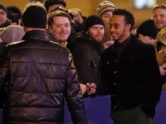 Lewis Hamilton (rechts) spricht mit Fans