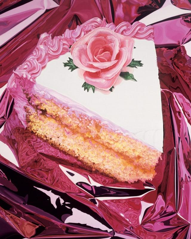 Dreistöckiges Tortenstück mit Zuckerguss und rosa Rose obendrauf