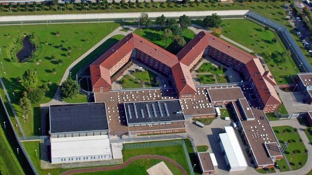 Eine Luftaufnahme eines Gefängnisses.