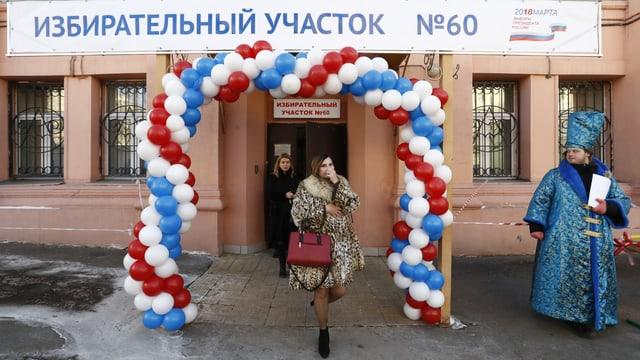Eine Frau verlässt ein Wahllokal in Moskau.