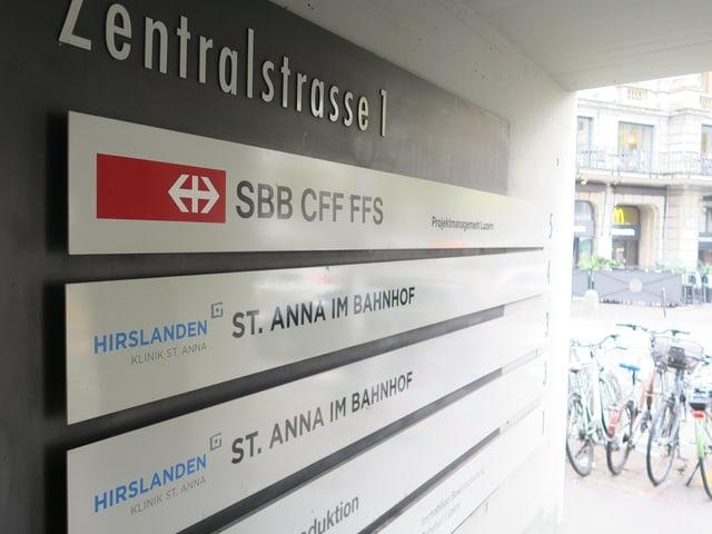 Schilder an einem Seiteneingang des Bahnhofs Luzern.