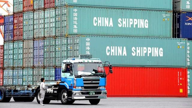 Container für China in einem Hafen Japans.